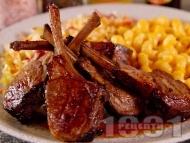 Рецепта Мариновани агнешки ребра / котлети на грил тиган с гарнитура от паста и зелева салата